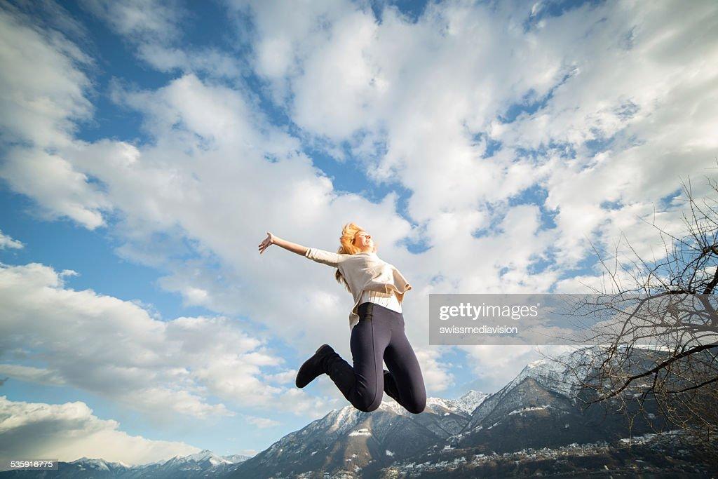 Mujer joven jumps Alto: al aire libre : Foto de stock