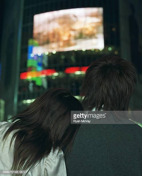 Junge Frau schiefen Kopf auf Mannes's Schulter, Rückansicht, Nächte