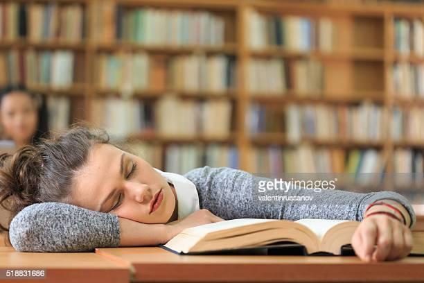 Jeune femme sont accrochées à un bureau et de chambres séparés dans la bibliothèque