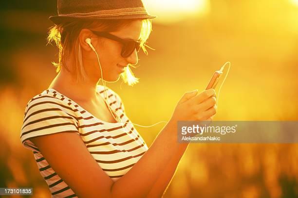 Jovem mulher ouvir música em um Telefone Inteligente