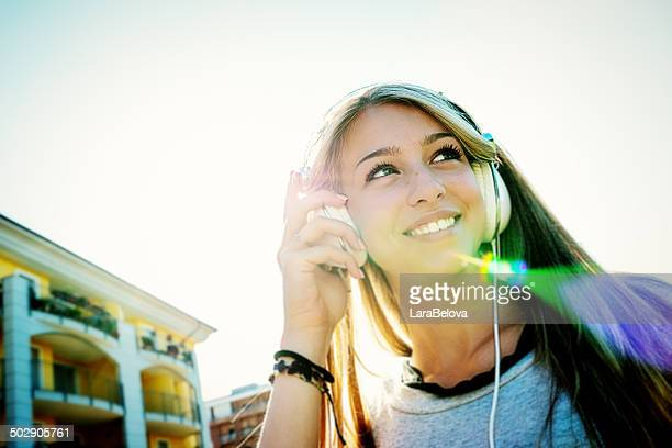 Joven mujer escuchando música