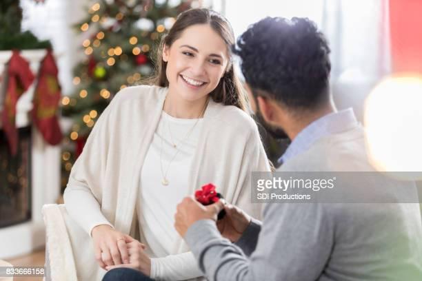 Jeune femme écoute de la demande en mariage de petit ami