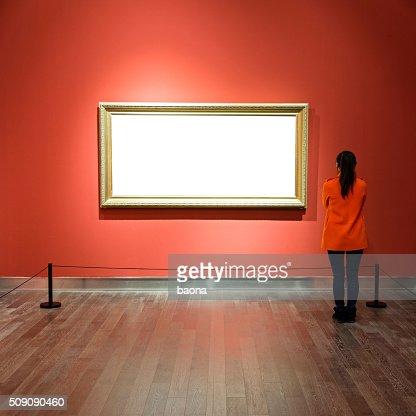 Giovane donna guardando a opere d'arte