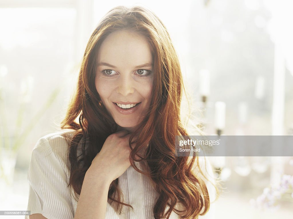 Young woman looking away, close-up : Stock Photo
