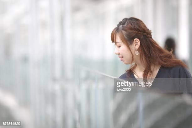 ガラスの通路から見て若い女性