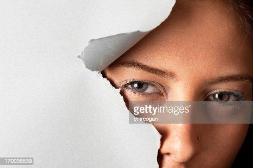 若い女性の外スルーホール