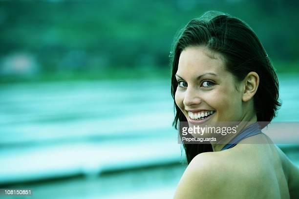 Giovane donna guardando indietro e sorridente