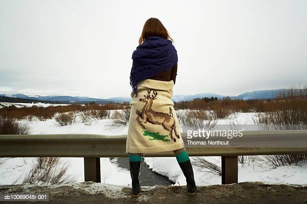 Junge Frau über Schnee Landschaft