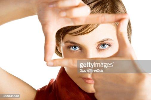 Junge Frau schaut