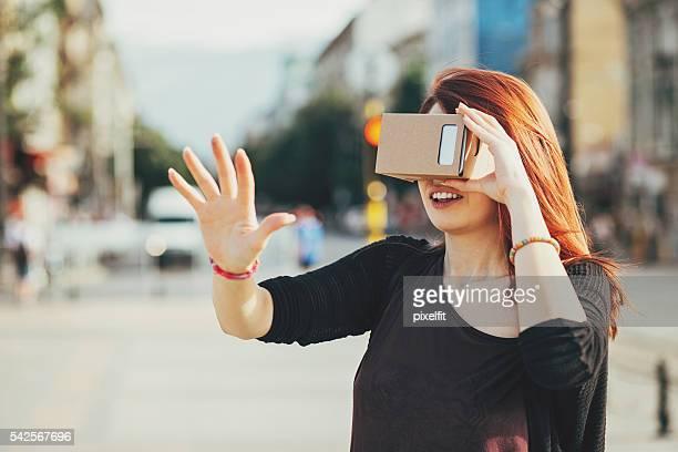 Mulher jovem, olhando através de uma realidade simulatop