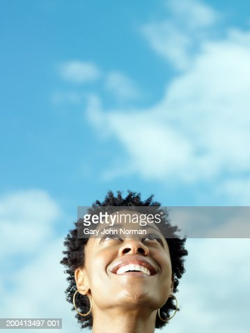 Young woman looking up, close-up : Photo