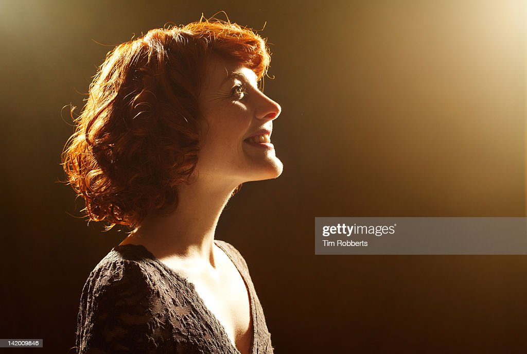 Young woman looking up, smiling. : Foto de stock
