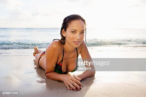 Young woman lying on sand on tropical beach : Stockfoto