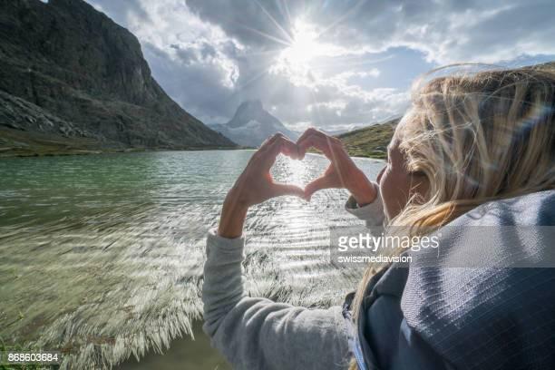 Junge Frau Herz auf Matterhorn, Schweiz