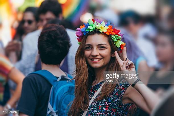 Jeune femme faisant signe de la victoire, avec la main en admirant la manifestation