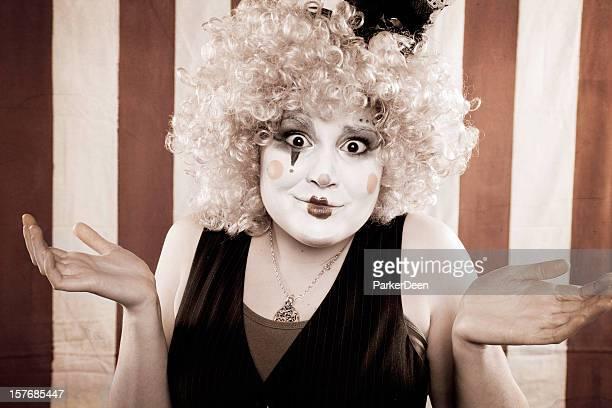 Jeune femme Mime à rayé rouge et blanc