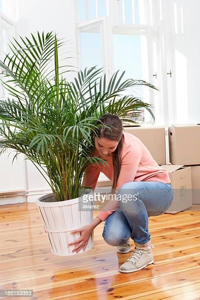 Giovane donna di casa divertendosi