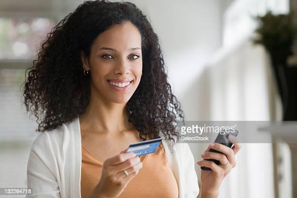 Jeune femme et téléphone portable avec carte de crédit