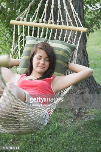 Young woman napping in hammock : Foto stock
