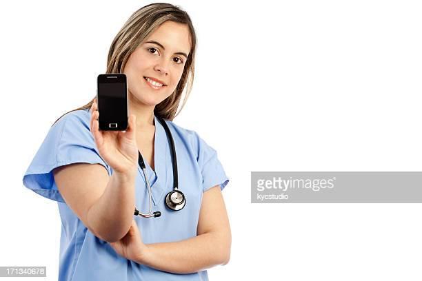 スマートフォンを示す若い女性の看護師