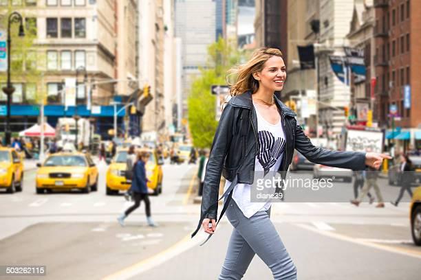 Giovane donna in una strada di New York City