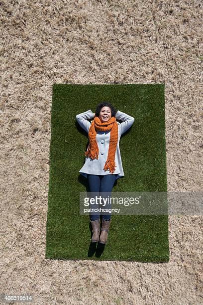 Junge Frau auf einer grünen Wiese mit Aufnäher