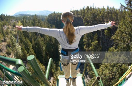 Young woman on edge of bungee platform, rear view, (wide angle) : Stockfoto