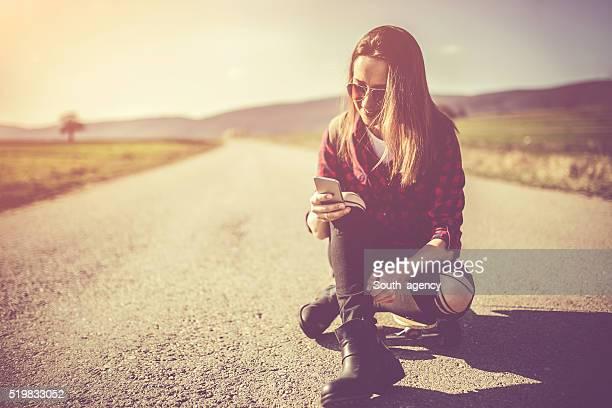 Junge Frau auf dem Longboard befördert, selfie