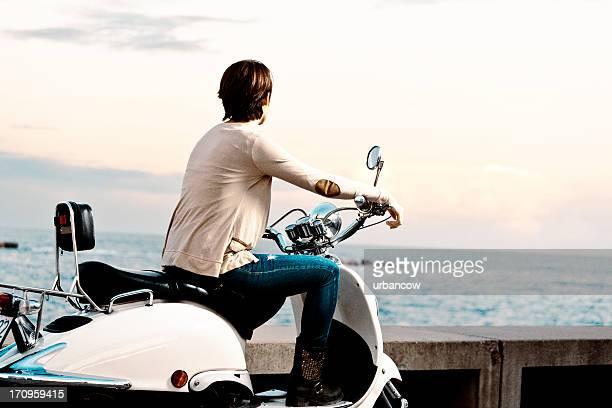 Giovane donna sul Ciclomotore bicicletta