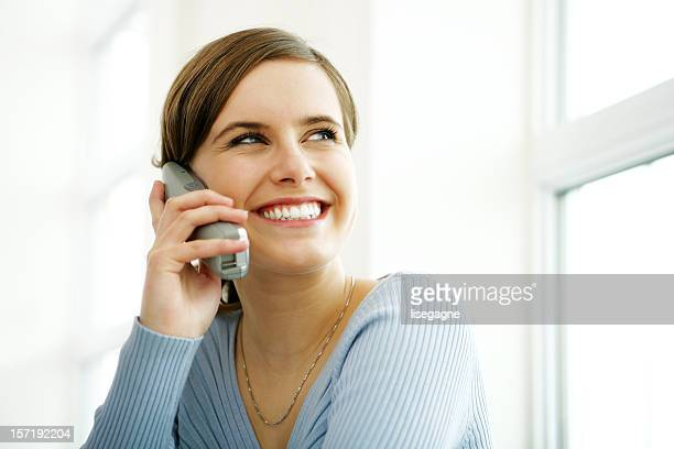 Jovem mulher No Telefone