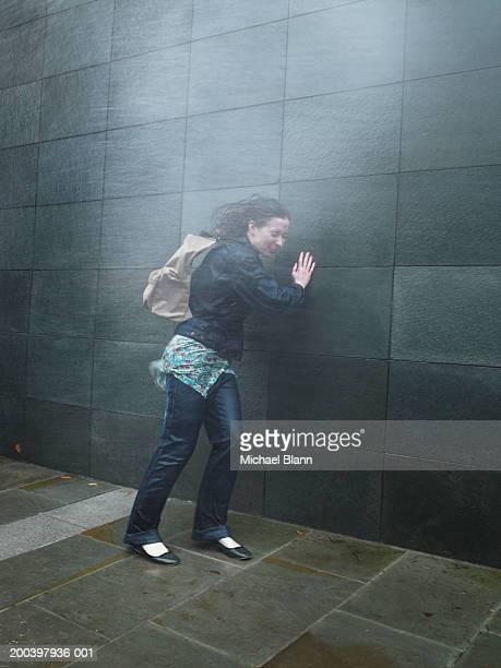 Junge Frau auf der Straße erwischt in Nieselregen kommen, Augen geschlossen