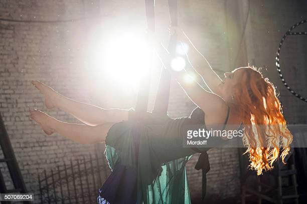 Giovane donna sull'altalena
