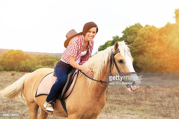 Junge Frau auf dem Pferd