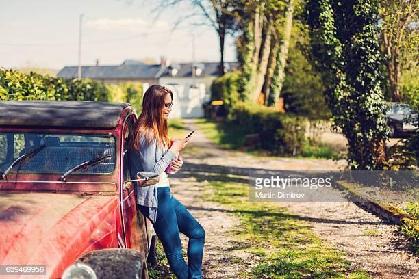 Jeune femme sur le téléphone