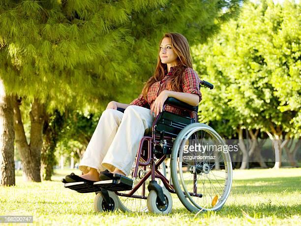 若い女性に車椅子