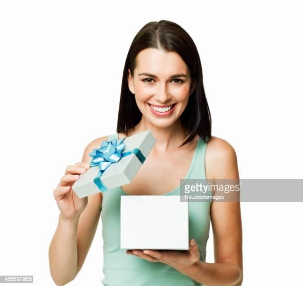 Jeune femme ouvrir une boîte-cadeau-isolé