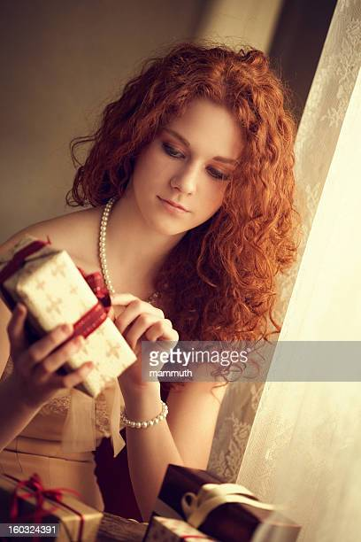 Jeune femme ouverture des cadeaux