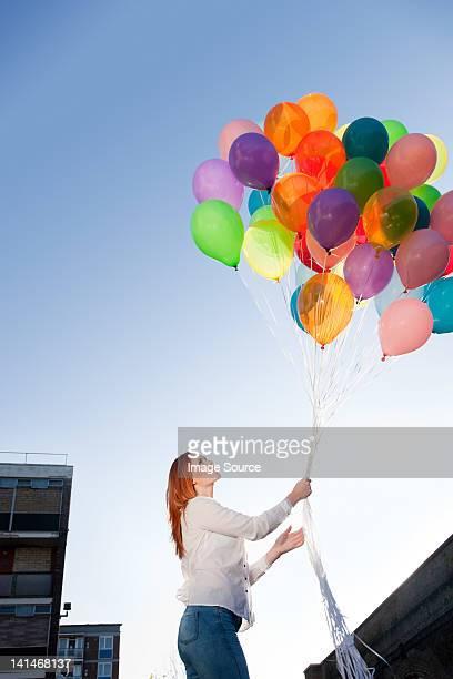 Junge Frau im Freien mit Ballons