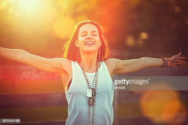 Junge Frau Ausgestreckte Arme bietet die Freiheit und die frische Luft
