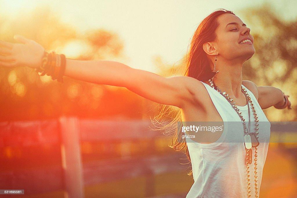 Giovane donna con le braccia tese offre la libertà e l'aria fresca : Foto stock