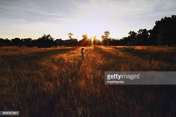 Jeune femme peinture au coucher du soleil