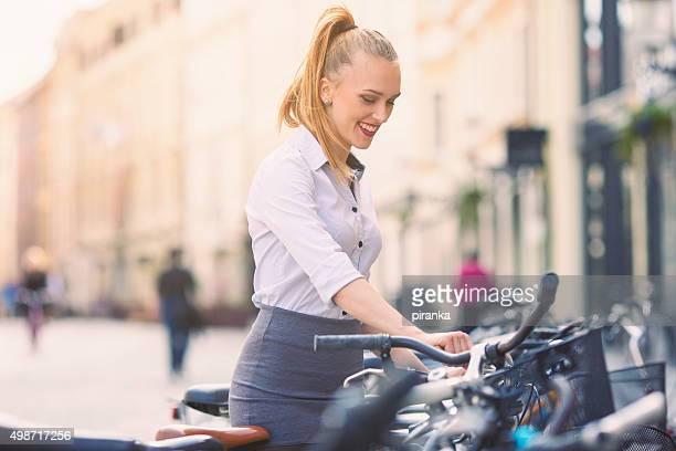 Junge Frau Parken Ihr Fahrrad