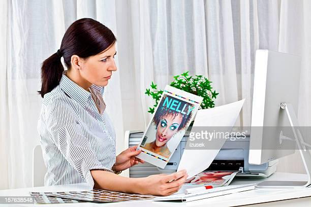Jeune femme au travail, photo editor