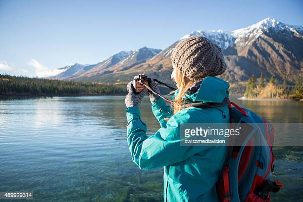Junge Frau Fotografieren Landschaft in Kanada