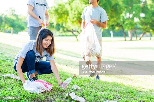若い女性取り上げ、ゴミで公園
