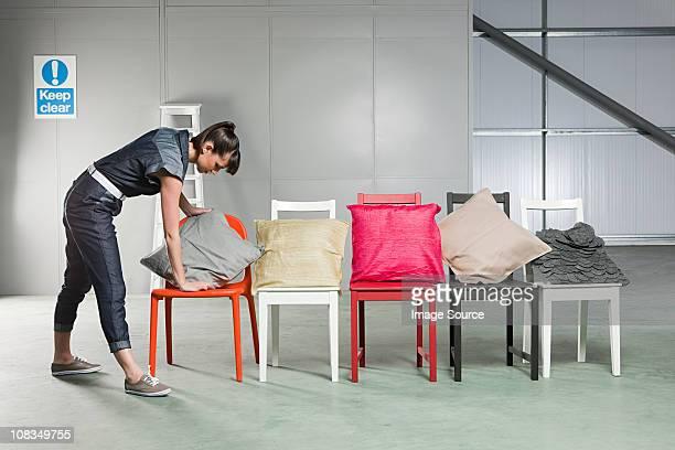 若い女性のクッションを置いた椅子