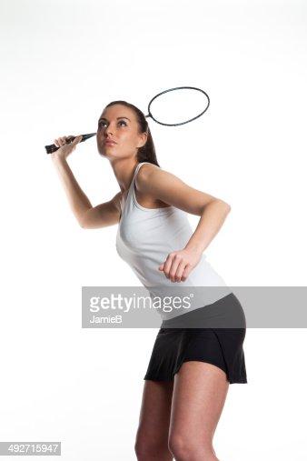 Joven mujer tocando bádminton