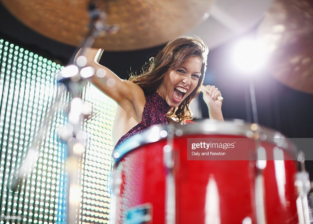 Young woman playing drums : Foto stock