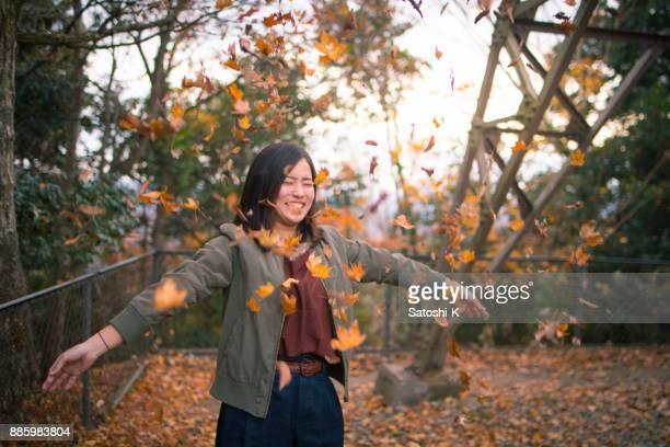 秋の落ち葉を演奏若い女性