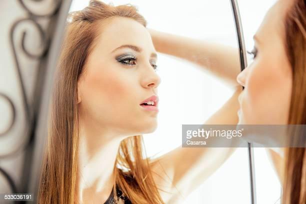 Jeune femme portrait dans le miroir